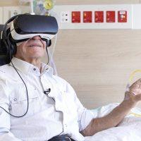 암 환자 눈앞에 펼쳐진 VR, 투병 고통 덜어줄 수 있을까?