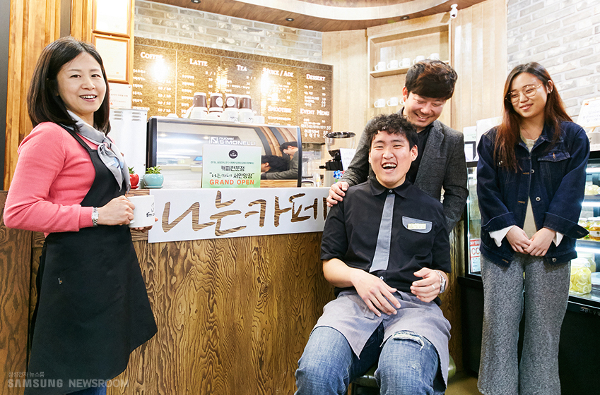 인터뷰에 응해주신 '나는카페'의 (왼쪽부터) 오경숙씨, 심희보씨, 사단법인 장애청년꿈을잡고의 배상호씨, 옥지영씨