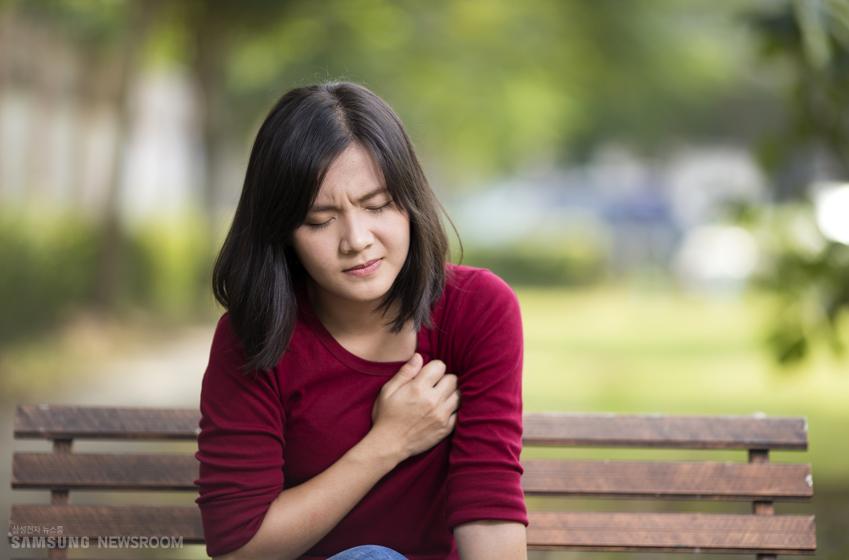 가슴 통증을 느끼고 있는 여자. 흉부 불쾌감은 비교적 흔한 증상이다. 진찰 받는 환자의 1% 내지 2%, 응급실 입원 환자의 약 1.9%를 차지하는 걸로 알려져있다