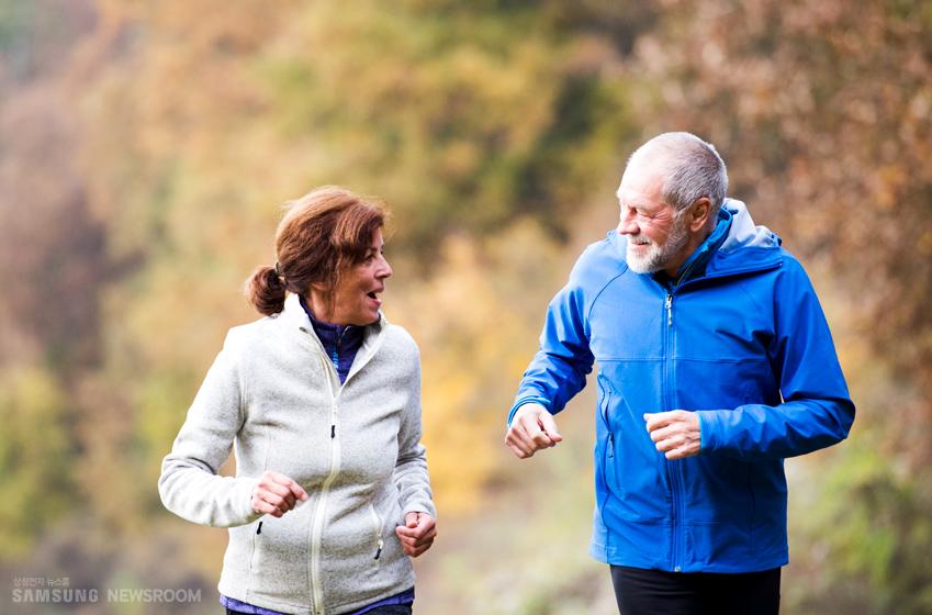 노부부가 함께 뜀뛰기를 하며 서로 마주보고 웃는 모습. 적절한 운동은 건강에 좋지만, 흉통은 운동할 때 심해지고 쉬는 동안 가라앉는 특징이 있다.
