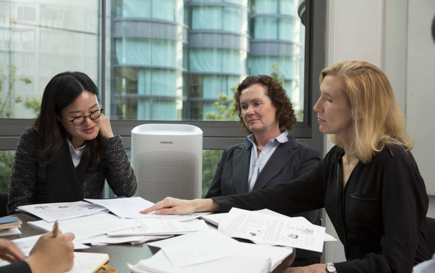 ▲정우경 삼성전자 생활가전사업부 개발팀 수석(사진 왼쪽)이 린 힐드만 교수, 카리 나도우 교수와 함께 공기청정기 사용 영향에 대한 공동 연구 결과에 대해 대화를 나누고 있습니다