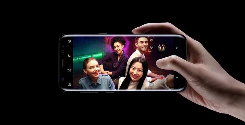 피사체의 얼굴을 즉각 감지, 카메라와의 거리가 달라져도 빠르고 정확하게 초점을 잡아내는 기능이 개선된 갤럭시 S8