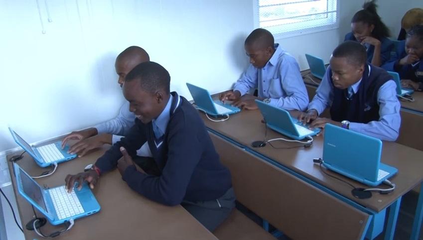 아프리카 아이들이 it교육을 받고 있다.