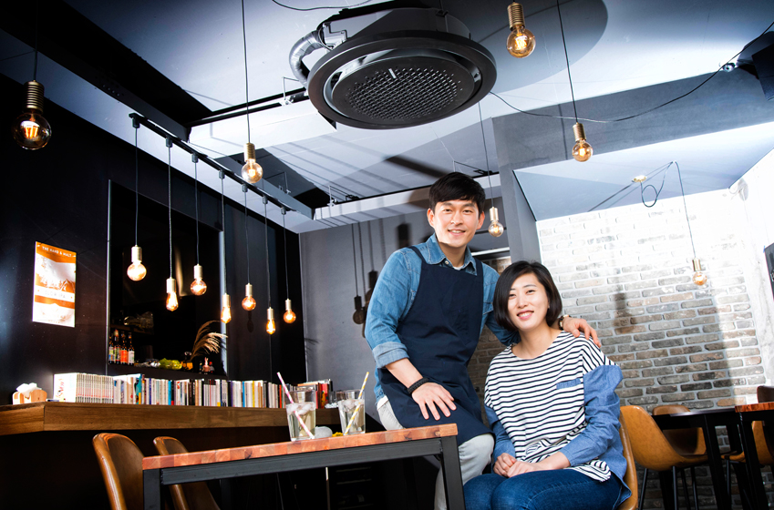 브리사(Brisa) 스테이크하우스를 운영하는 김영호(왼쪽)·김주연씨