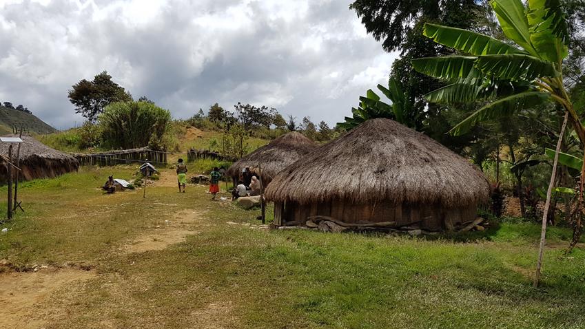 ▲티옴 마을의 전통 가옥. 주민 대부분이 거주하는 이 집은 창문이 없어 한낮에도 실내가 컴컴하고 공기도 탁하다