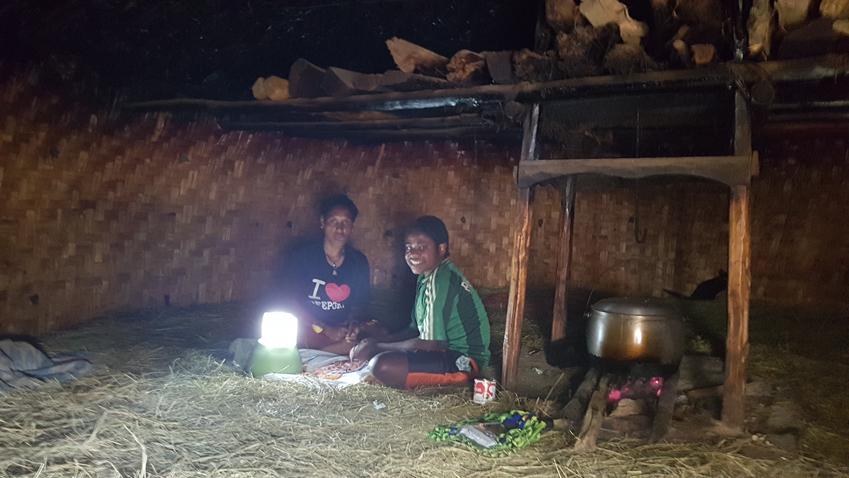 """▲삼성전자가 전달한 태양광 LED 랜턴 덕분에 어두운 집 안이 금세 환해졌다. 티옴 마을 소년들은 """"이제 집에서도 맘껏 일할 수 있게 됐다""""며 환하게 웃었다"""