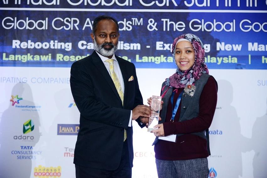라메쉬 카나(Ramesh Kana, 사진 왼쪽) 글로벌 CSR 서밋&어워드 대표가 삼성전자 인도네시아 법인 대표자에게 상을 수여하고 있는 모습