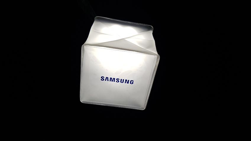 태양광 LED 랜턴 하단엔 파란색 글씨로 적혀 있는 'SAMSUNG'