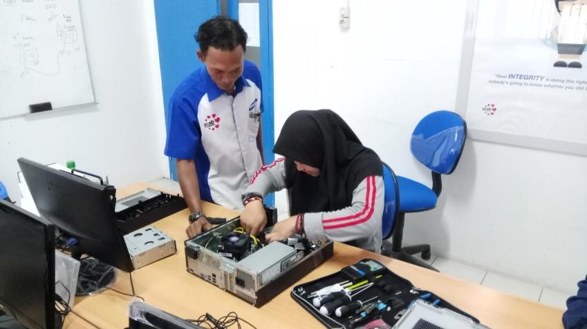 기술교육 중인 삼성테크인스티튜트. 삼성전자는 인도네시아의 청년 실업 문제를 해결하기 위해 삼성테크인스티튜트를 운영하고 있습니다