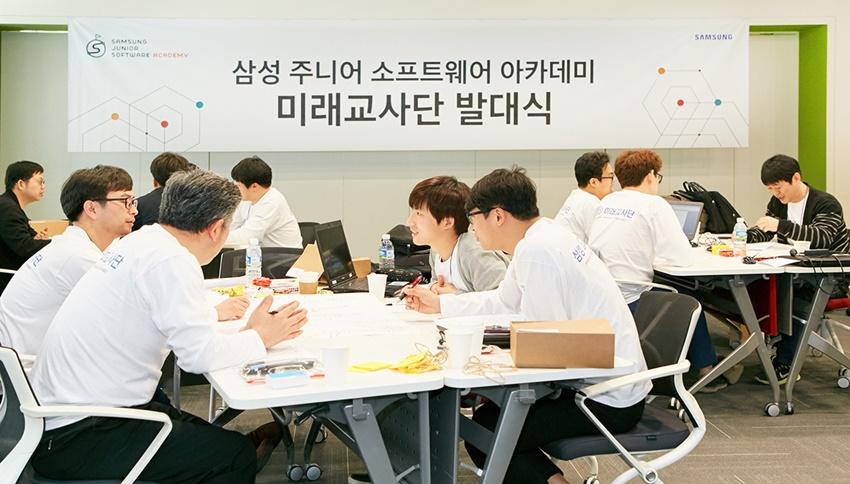 팀장(작가)을 제외한 각 조원이 자리를 섞어 앉아 피드백을 주고받는 모습. 이 자리는 보다 실질적인 토론을 위해 규칙을 정해 진행됐다