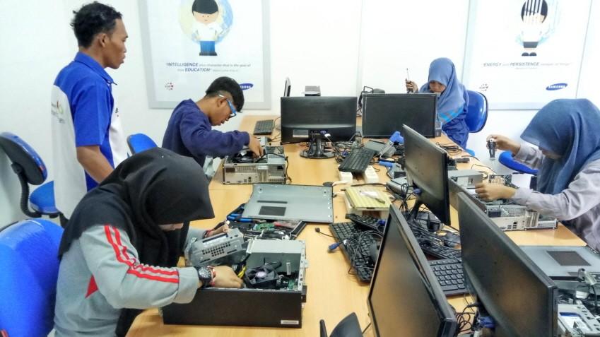 인도네시아 청년들이 삼성테크인스티튜트에서 직업 교육을 받고 있는 모습