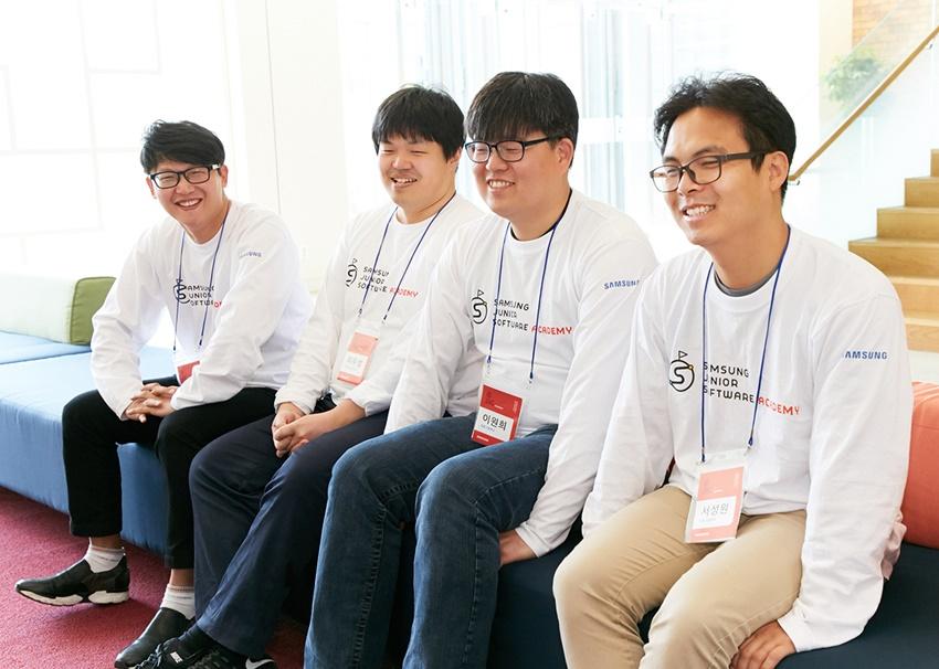 (왼쪽부터) 이우성 단국공업고등학교 교사, 김형기 인하사대부속중학교 교사, 서성원 마포고등학교 교사, 이원희 광동고등학교 교사