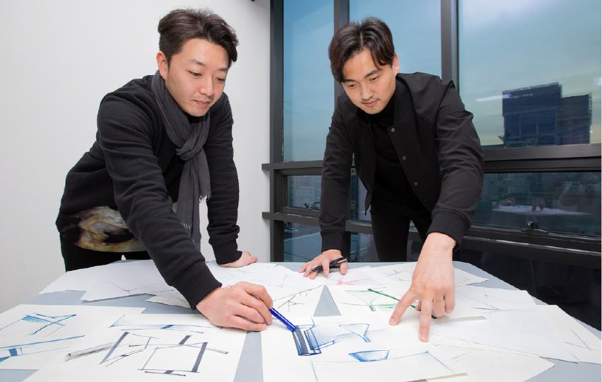 QLED TV를 디자인한 삼성전자 영상디스플레이사업부 유재욱(왼쪽), 이규복씨(오른쪽)가 다양한 스케치 자료를 보며 QLED TV 디자인 뒷얘기를 소개하는 모습