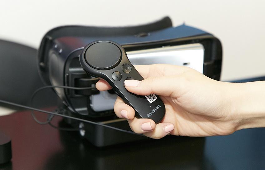 기어 VR은 컨트롤러가 탑재돼 더욱 정밀한 조작과 다양한 가능성이 열렸습니다
