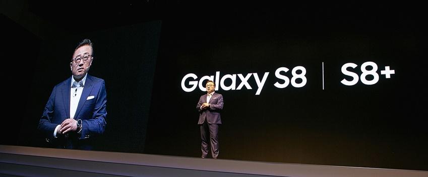 연단에 오른 고동진 사장이 갤럭시 S8과 갤럭시 S8+ 출시를 소개하고 있습니다