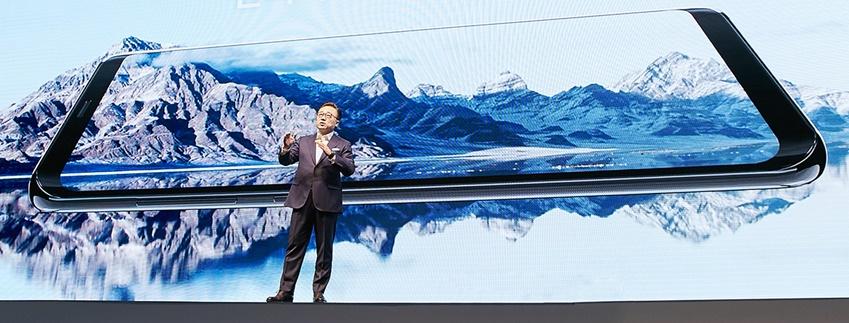 인피니트 디스플레이 외 다양한 기술이 집약된 갤럭시 S8과 고동진 사장의 모습