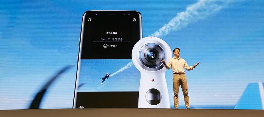 김경록씨가 갤럭시 S8과 연동되는 다양한 주변기기를 소개하고 있습니다. 사진은 기어 360