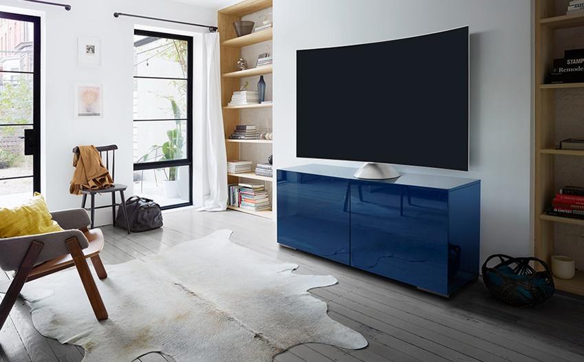 삼성 QLED TV가 그래비티 스탠드에 얹혀 거실에 놓여있다