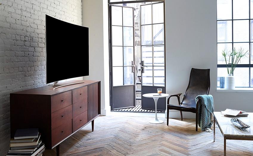 삼성 QLED TV 가 스탠드형에 거치돼 거실에 놓여진 모습