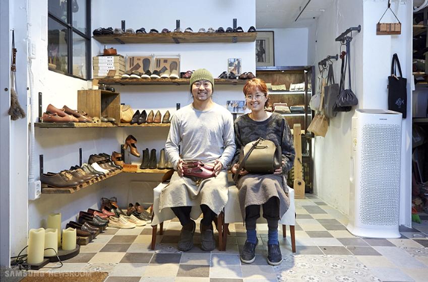 1년 전 삼성전자 뉴스룸 취재에 응해주었던 유르트 스튜디오의 김영민(왼쪽)씨와 강윤주씨