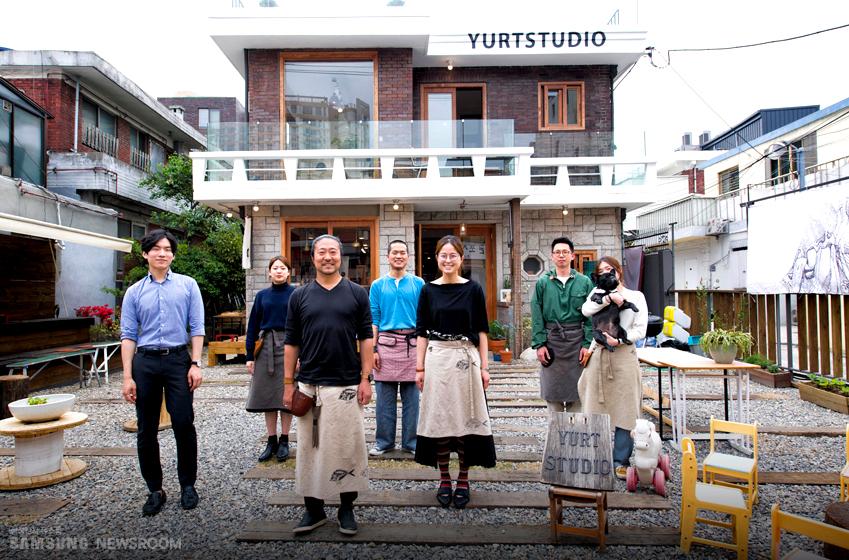 1972년도에 지어진 옛 주택을 개조해 새로 단장한 유르트 스튜디오 앞에 모인 식구들(왼쪽부터) 저스틴, 정소희, 김영민, 구포드, 강윤주, 박로랑, 배솜씨