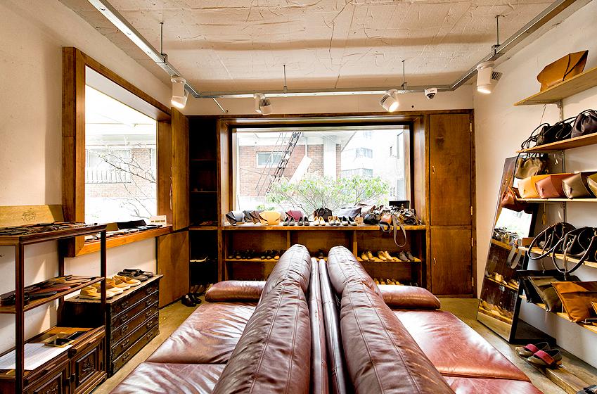 한 땀 한 땀 정성이 들어간 수공예 가죽 제품들이 잘 정돈된 2층이 눈길을 사로잡습니다. 화창한 햇살이 비치는 2층 진열대 전경