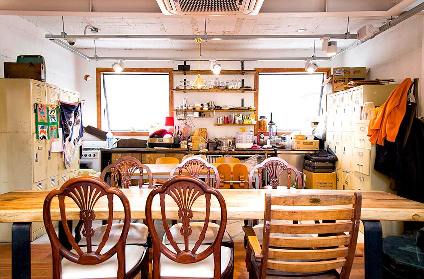 유르트 직원들의 휴식 공간과 카페의 또 다른 테이블이 구분 없이 하나의 공간으로 어우러져 있습니다