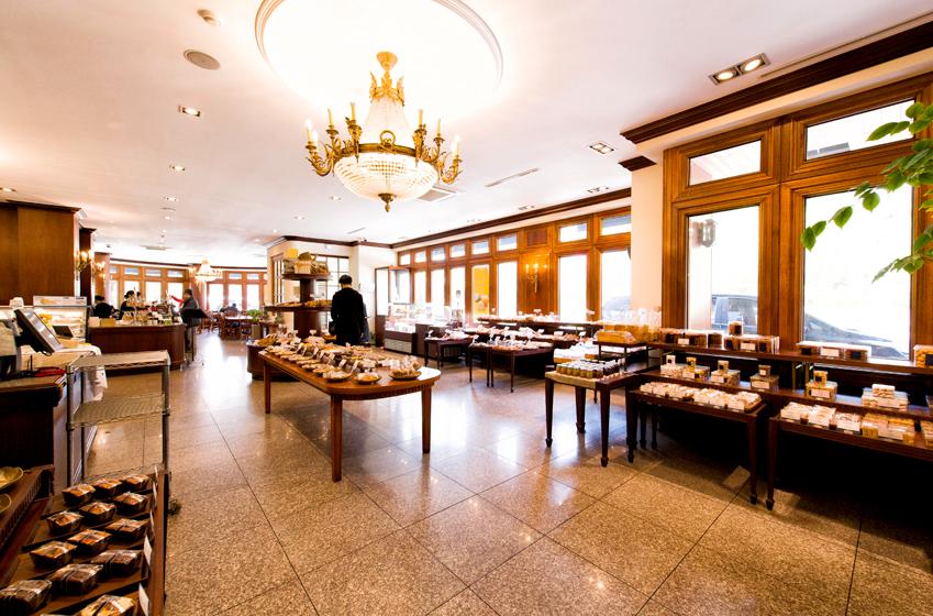 리치몬드 과자점은 갓 구운 빵부터 과자, 음료에 이르기까지 다양한 제품을 구비하고 있다
