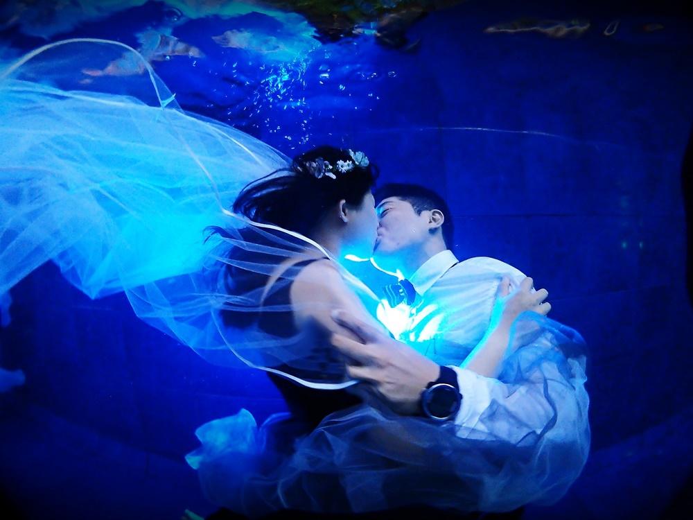 물 안에서 키스하는 남과 여