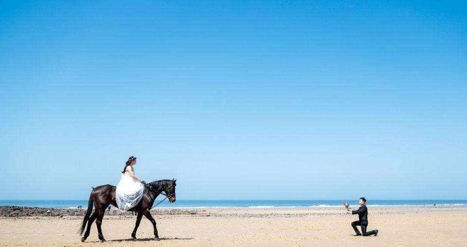 말에 딴 여자와 무릎 꿇은 남자