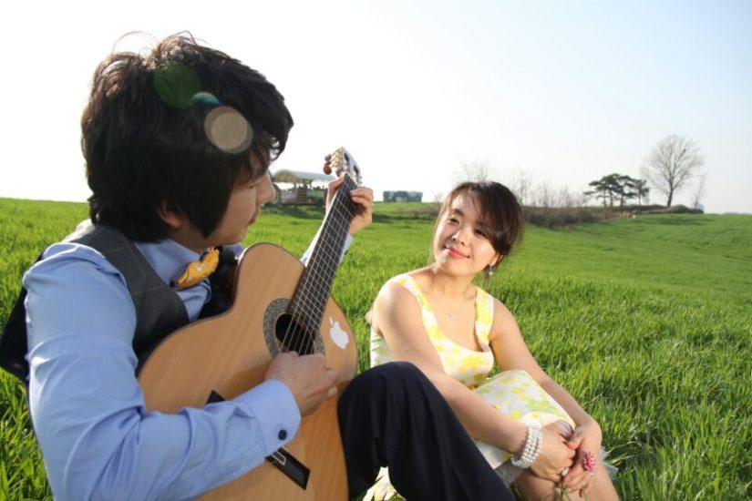 기타치는 남자와 여자