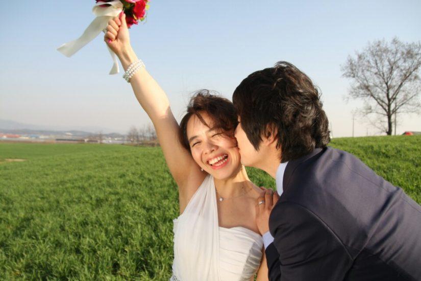 웨딩부케를 든 여자와 남자