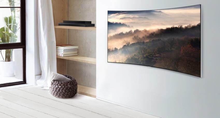 투명 광케이블의 등장으로 HDMI나 오디오 광단자, USB, LAN 등 TV와 직접 연결했던 모든 케이블이 모습을 감췄다. QLED TV에 전원선과 투명 광케이블이 연결되어 있는 모습. 사진에서도 투명 광케이블은 거의 보이지 않는다
