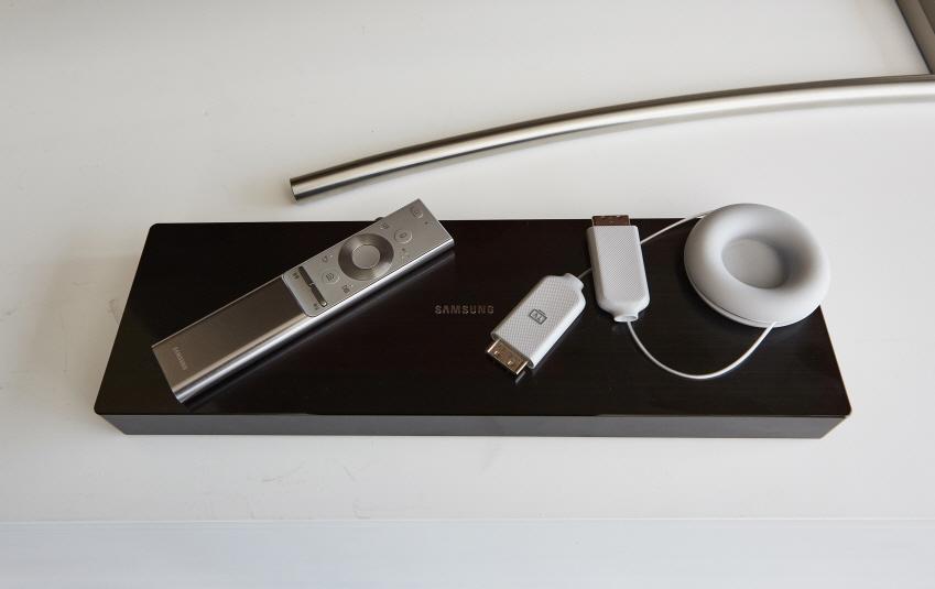 원커넥트는 외관이 눈에 잘 띄지 않도록 직사각형 형태의 단순한 디자인으로 제작됐다. 투명케이블을 이으면 원커넥트는 보이지 않는 곳에 숨길 수 있다