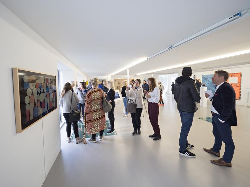 북유럽 풍경 캐피어 팩토리 미술관에서 많은 사람들이 그림을 관람 중이다