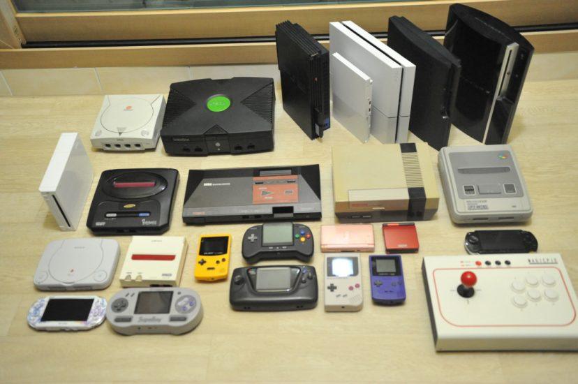 다양한 종류의 옛날 게임기들