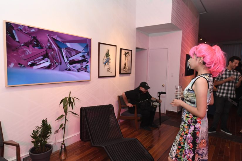 더 프레임 뉴욕 현장과 분홍머리 여자