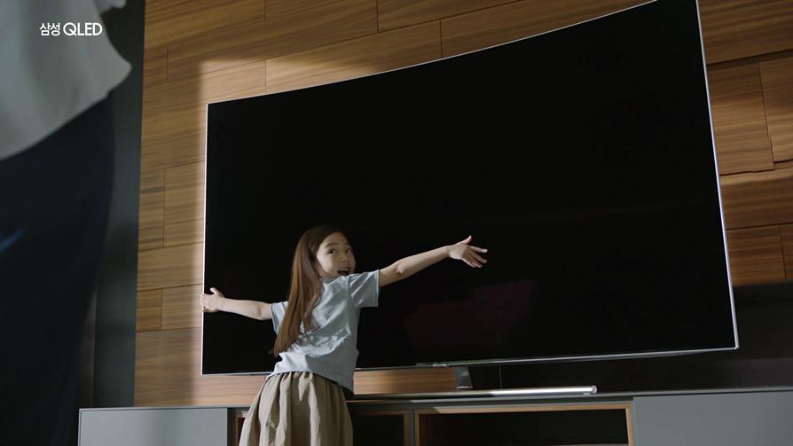 양팔을 벌려 QLED TV 크기를 가늠해보는 아역배우