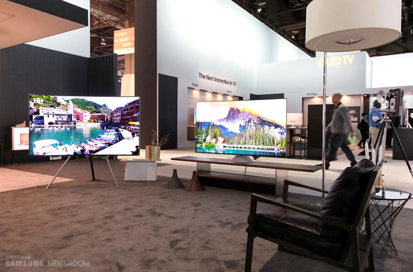 CES2017에서 선보여진 이젤 스탠드의 QLED TV(사진 속 좌측)와 그래비티 스탠드의 QLED TV(사진 속 우측).