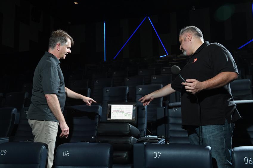 ▲극장 사운드 시스템의 선두 주자인 하만의 사운드 전문가 (왼쪽부터) 폴 피스(Paul Peace)와 댄 싼즈(Dan Saenz)가 세계 최초로 삼성전자 '시네마 LED'가 설치된 롯데시네마 월드타워 영화 상영관 'SUPER S'에서 사운드 튜닝 작업을 하고 있다.