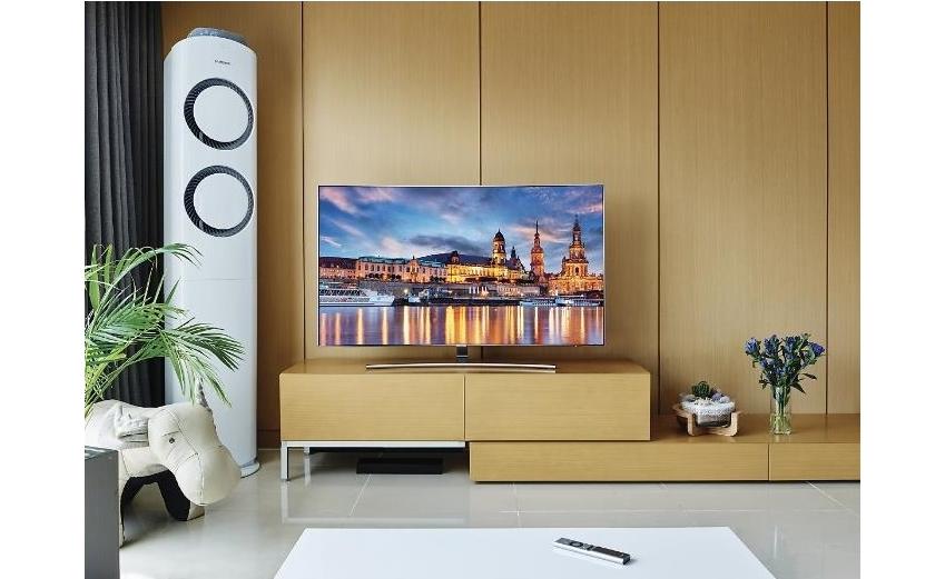장유리 씨의 집 거실에 놓인 QLED TV