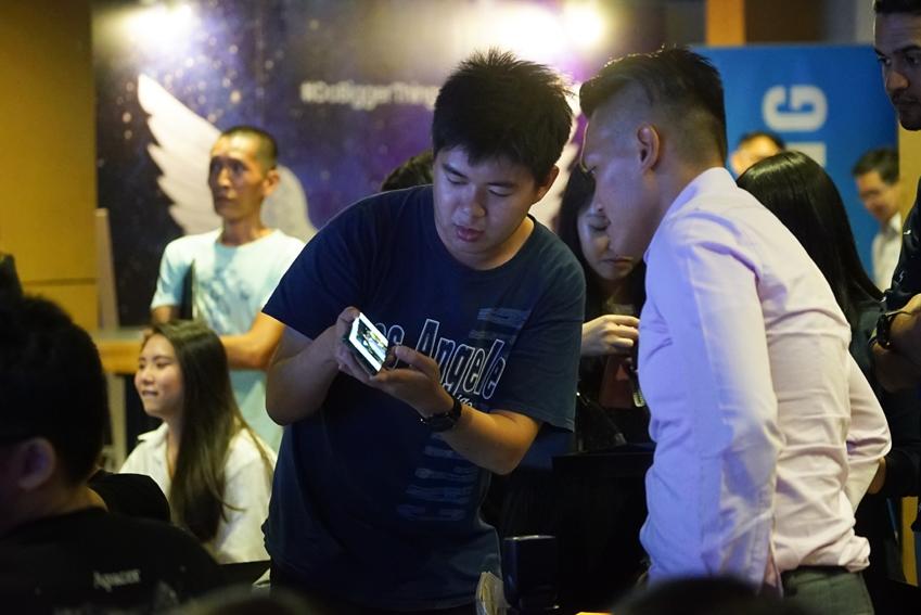 말레이시아에서 언팩 생중계 관람 후 갤럭시 노트8을 살펴보는 참석자들