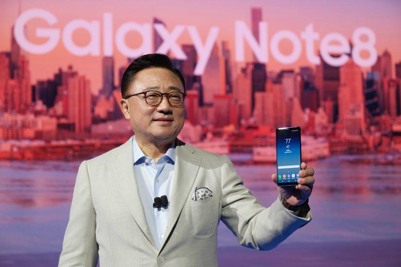 현지시간 23일 뉴욕에서 진행된 '삼성 갤럭시 언팩 2017'에서 삼성전자 무선사업부 고동진 사장이 '갤럭시 노트8'을 소개하고 있다.