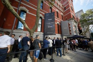 갤럭시 노트8 언팩 행사장 앞 많은 관객들이 줄을 서 있다