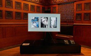 갤럭시 노트8 언팩 행사장에 더 프레임티비가 전시되어있다