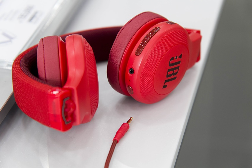 ▲ JBL 블루투스 헤드폰[E45BT(사진), V300BT, V700BT]은 배터리가 전부 소모되면 유선으로 변경하여 이용이 가능하다.