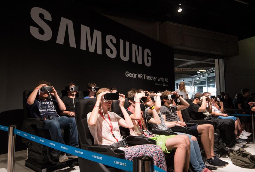 ▲모니터 3대를 이용한 트리플 모니터 게이밍과 VR 체험도 할 수 있었던 삼성 부스
