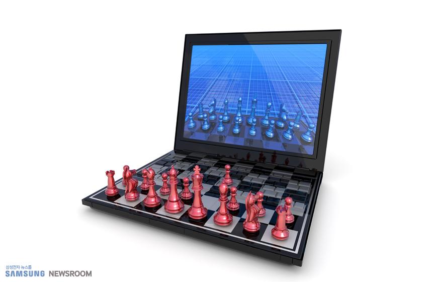 노트북 위에 체스말이 올려져 있다