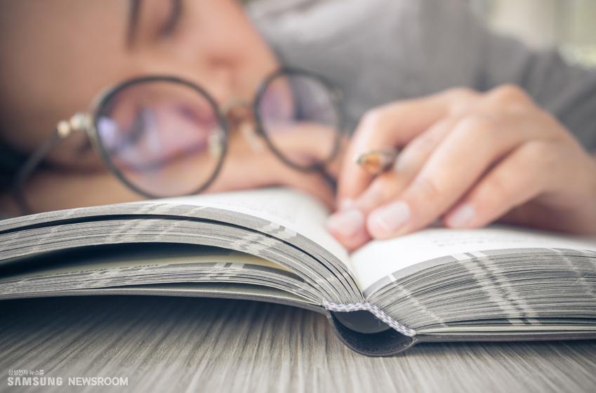 책 펼쳐놓고 자는 사진