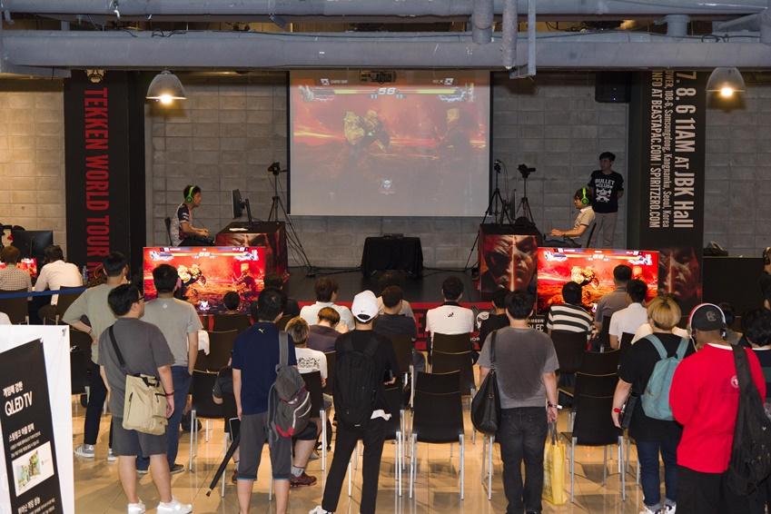 ▲결선이 진행되는 동안 게임화면은 2대의 QLED TV를 통해 트위치로 생중계 됐다.